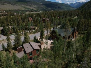 Sleeps 22 Keystone Gulch Retreat 3 car garage, hot tub, 1 mile from RR by Summit