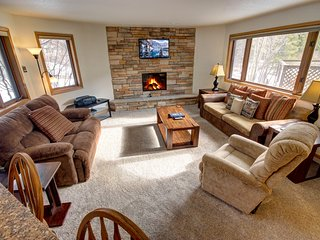 Frostfire E10- Private Laundry, Walk to lifts, Wood Fireplace, HOT TUB, FREE WIF