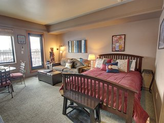 Slopeside studio with Queen Bed by SummitCove Lodging