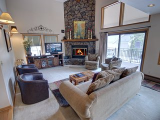 Enclave 12 Private Hot Tub, Mountain views, shared pool houseBy SummitCove Lodgi
