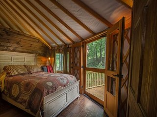 Tranquil Luxury Yurt with Creekviews-Hot Tub-2 Bedroom