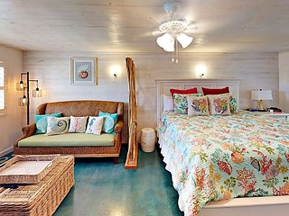 SB115: 1BR Efficiency, 1  King, Sleeps 2, 1 Block to Beach
