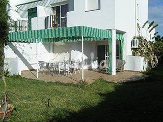 Chalet con jardin en urbanizacion con piscina entre pinares, a 2 km de la playa.