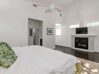 Spacious Couple's Getaway In The Heart Of DT Austin! Treat Yourself To Luxury -