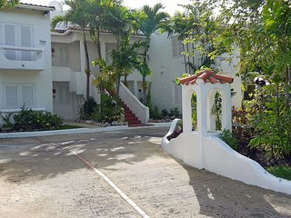 Large secure and comfortable Apartment with Pool at Mullins Bay