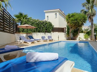 Lovely 3 bed villa with private pool in the heart of Coral Bay!!