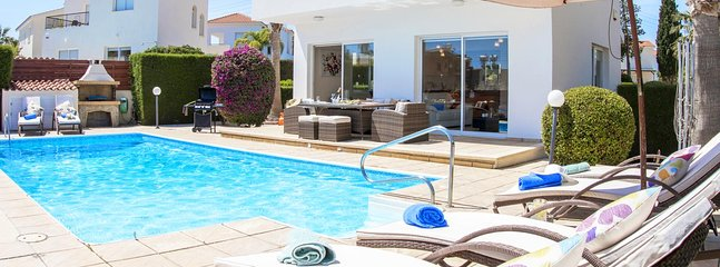 Villa Roker-Modern Beautiful Villa with Large Pool, BBQ, WIFI and UK Channels