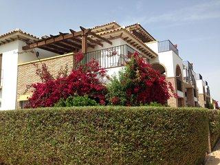 A dos kilómetros y medio de las mejores playas de Almería en una urb. De lujo.