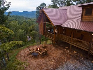 Rustic, peaceful lodge w/spectacular views, private hot tub, seasonal fireplace,