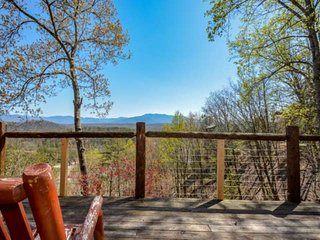 Amazing Hot Tub/ Porch Views!  Game Room/Home Theater, Close to Pigeon Forge, Ga