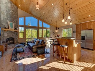 NEW LISTING - 4 BR 3.5 BA Luxury Home in Tahoe Donner with Hot Tub & Dogs OK