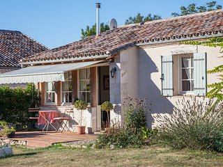LES GRANGES L'ESTANG. The Small Barn. 1 bed, swimming pool, dog friendly.
