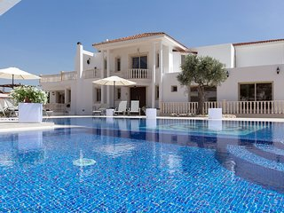 The Sovereign Residence - Luxury 7 Bedroom Villa with Pool, Jacuzzi and Hot Tub