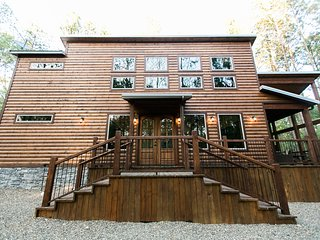 Brand New! Fireside Creek Cabin! 3BR;3Bth; Sleeps 10;Hot Tub; Fire Ring; Bunk Rm