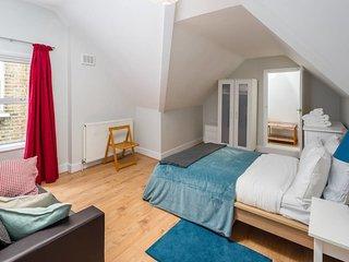 Light 2 bed apartment 2 mins to Kilburn tube