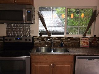 Cozy townhouse in the woods a quick drive from town! Near both wineries & coast!
