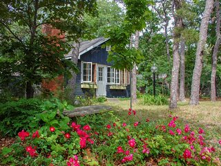 Tree-lined cottage w/ deck, yard & hammock - half a mile to bayshore beaches!