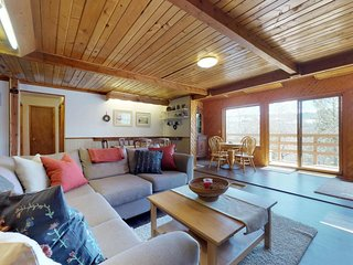 Lovely home w/ jetted tub & mountain views from the balcony - near the slopes!