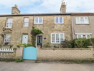 SEA PEARL, mid-terrace cottage with enclosed garden, beach 2 mins walk, near Low