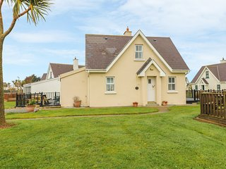 SANDEEL BAY COTTAGES, open-plan, by the sea, leisure attractions on site, in Fet