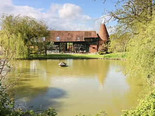 HARBOURNE OAST, charming barn conversion, exposed beams, en-suite, Ref 974051