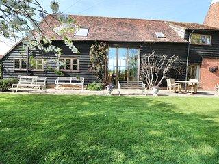HARBOURNE OAST, charming barn conversion, exposed beams, en-suite, Ref 974051