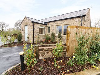 WHITEWELL COTTAGE, open-plan, hot tub, wheelchair friendly, near Ribchester
