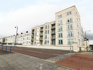 THE PENTHOUSE-PWLLHELI, sea views, off road parking, en-suites, pet-friendly apa