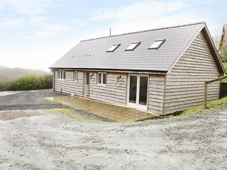 KERRAMOAR LODGE, countryside views, dog-friendly, Welshpool 5 miles, Ref 905999