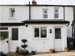 OWL COTTAGE, centre of Holme, open-plan, Smart TV, Ref 981378
