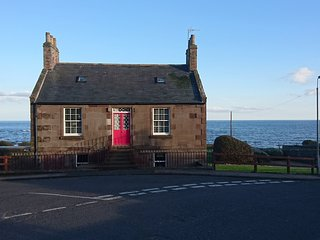 HAVEN INDAH, sea and beach views, open-plan, dog-friendly, in Johnshaven, Ref 97