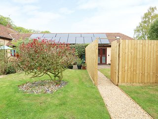 EMILY'S RETREAT AT THE GREAT BARN, exposed beams, WiFi, Litcham 3 miles, Ref