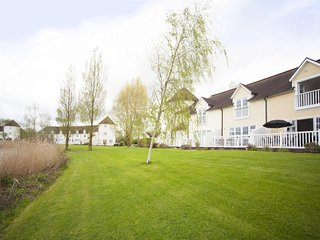 Impressive Lakeside lodge in the Cotswold Water Park with private tennis courts