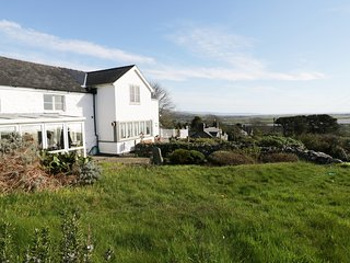 HAPPY LANDING, sea views, en-suite, open-plan, Ref 981807