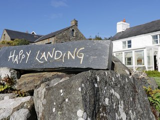 HAPPY LANDING, sea views, en-suite, Llanfair