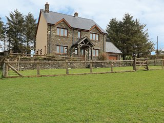 BLAEN HENLLAN, woodburner, spacious retreat, pet friendly, near Builth Wells
