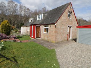 CORRAN COTTAGE, near Tay Forest Park, pet-friendly, WiFi, Ref 966095