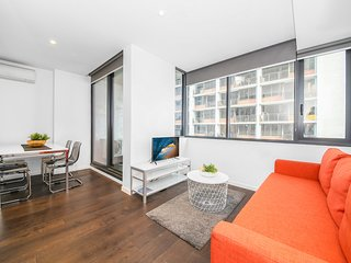 A Cozy CBD Suite Near Southern Cross + Pool & Gym