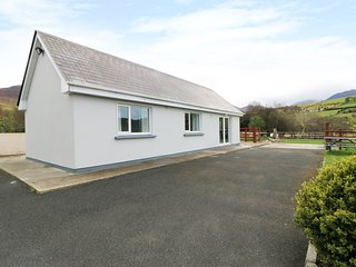 ARD NA GLEN, panoramic countryside views, open-plan, WiFi, Ref 981989