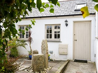 WILLOW COTTAGE, family friendly, country holiday cottage, with a garden in Lostw