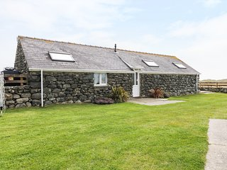 BEUDY, mountain and sea views, private patio area, woodburner, near Talybont