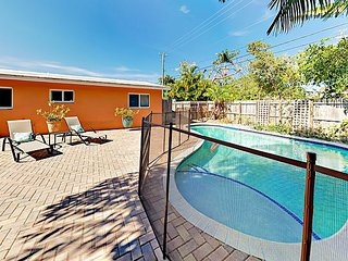 Renovated 3BR w/ Private Pool & Tiki Hut Dining Area – Near Downtown, Beach