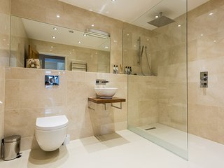 Bathroom envy guaranteed - 2 shower rooms, 2 bath+shower rooms - simply stunning