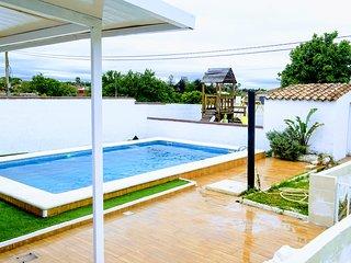 Chalet con piscina privada y parque infantil