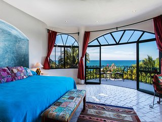S(CN) 2 Bedroom Suite with Amazing Views.  Walk to beach and town in minutes.