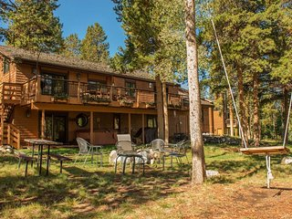 NEW LISTING! Immaculate house w/private hot tub &  near free shuttle