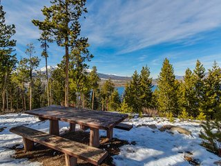 NEW LISTING! Cozy condo w/shared hot tub, deck & great location near the slopes