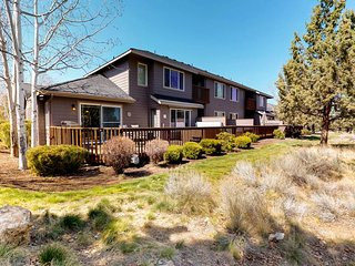 NEW LISTING! Dog-friendly condo w/ furnished deck, private hot tub & shared pool