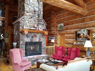 Spacious, authentic log cabin with amazing views, shared pool & hot tub