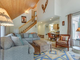 Recently renovated dog-friendly home w/private hot tub, SHARC access